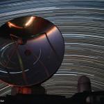 Un radiotélescope endormi sous les étoiles
