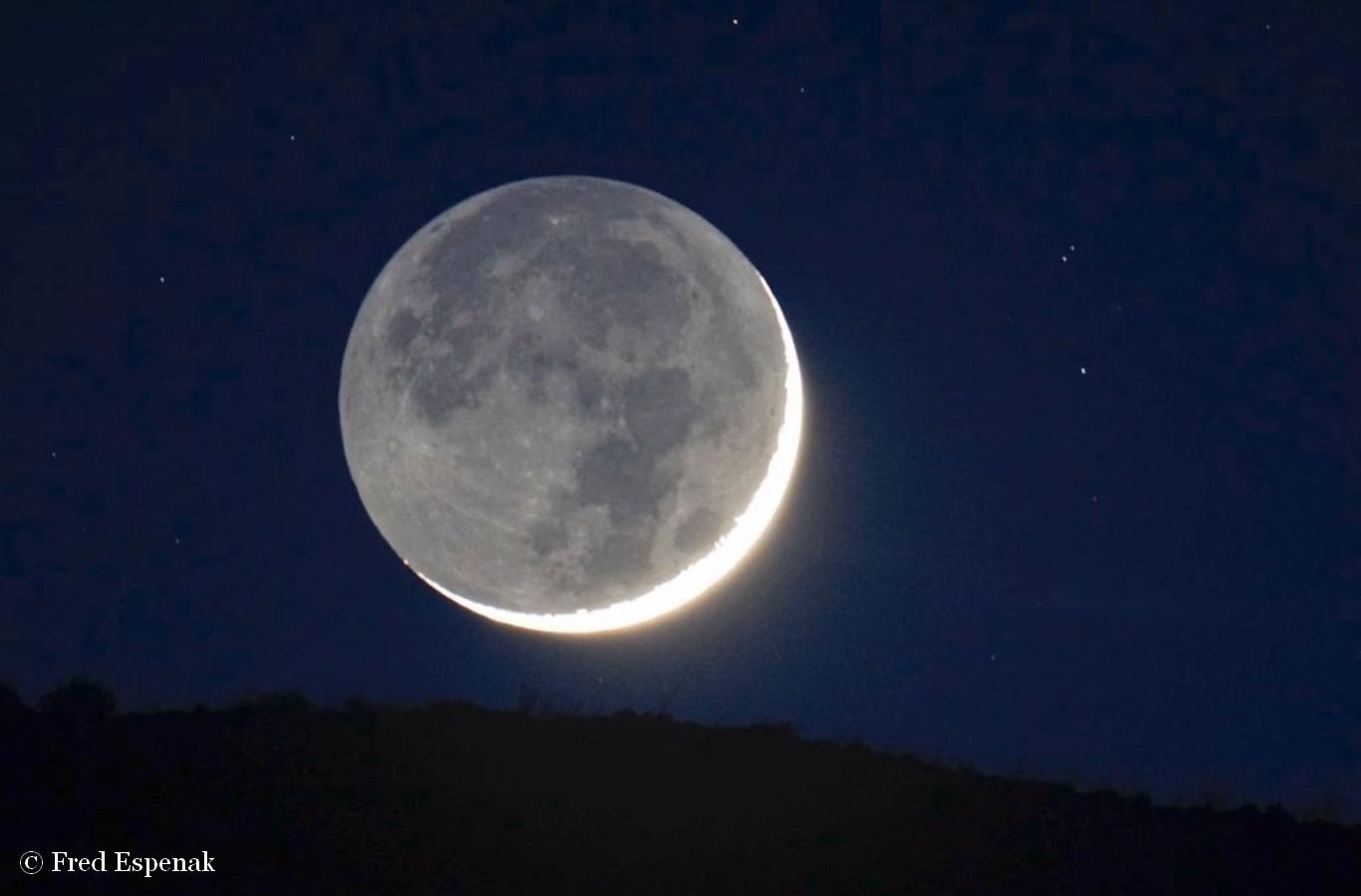 En vid o un saisissant coucher de lumi re cendr e for Miroir sur la lune