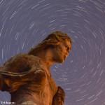 Rotation d'étoiles autour d'une statue