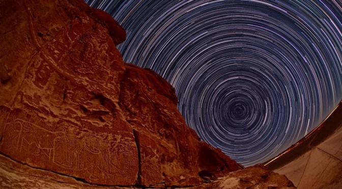 Pétroglyphes sous les étoiles dans le désert d'Atacama