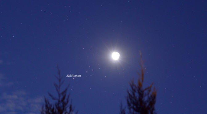 La vieille Lune passe devant l'amas des Hyades