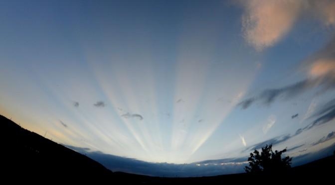Levez les yeux pour admirer les rayons crépusculaires