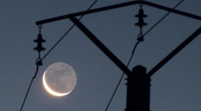 La lumière cendrée sous tension à l'aube du 30 août