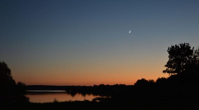 Jeune croissant de Lune au-dessus du lac de Rillé