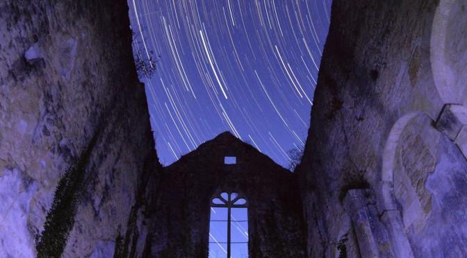 Filé d'étoiles au-dessus de l'abbaye Sainte-Marguerite