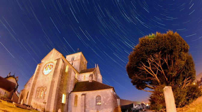 Filé d'étoiles sur l'église Saint-Symphorien en Bourgogne