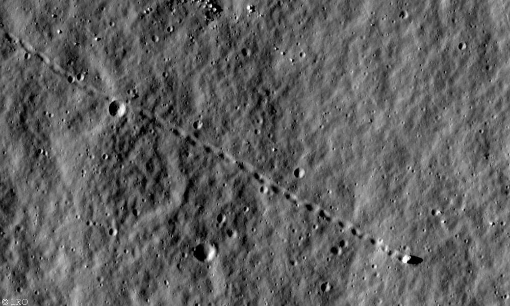 Insolite : LRO photographie un rocher qui a roulé sur la Lune - Futura-Sciences