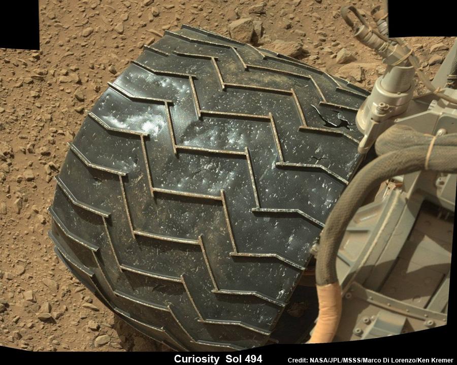 Curiosity use ses roues avant à un rythme inquiétant (notez la déchirure en haut à droite), en raison de roches particulièrement tranchantes. (NASA/JPL-Caltech/MSSS)