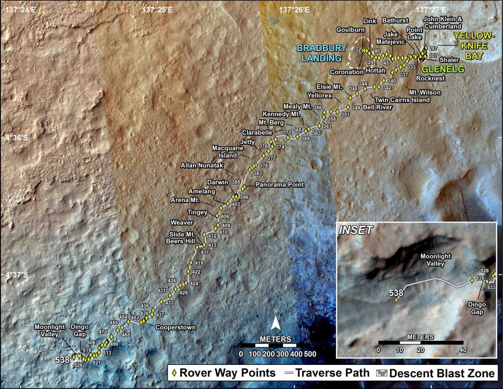 Carte du trajet accompli par Curiosity depuis son atterrissage (Bradbury Landing) sa sortie de l'aire d'échantillonnage Yellowknife Bay (en haut à droite) où ont eu lieu les dernières analyses de sol il y a désormais sept mois. L'encadré en bas à droite montre un gros plan de la brèche (Dingo Gap) empruntée par le robot. (NASA/JPL-Caltech/MSSS)
