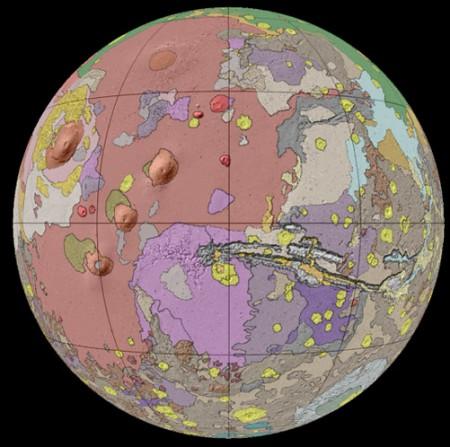 La face volcanique de Mars, caractérisée par des plateaux volcaniques (rose saumonné)