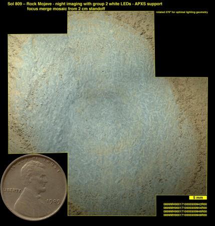 Vue au microscope des cristaux rectangulaires dans la roche du site Mojave, témoins d'anciens sels déposés dans une eau sulfureuse (NASA/JPL-Caltech/MSSS)