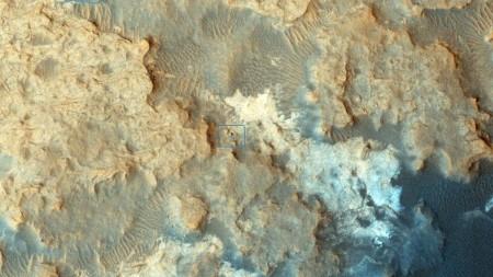 Le rover Curiosity (dans le carré bleu) repéré depuis orbite martienne par la sonde MRO (NASA/JPL-Caltech/Univ. of Arizona)
