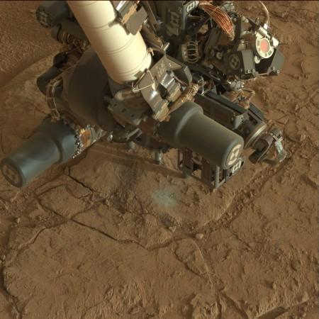 """La foreuse de Curiosity au travail sur le site """"John Klein"""" dans un sol de plus en plus séduisant (crédit: JPL/Caltech/NASA)"""