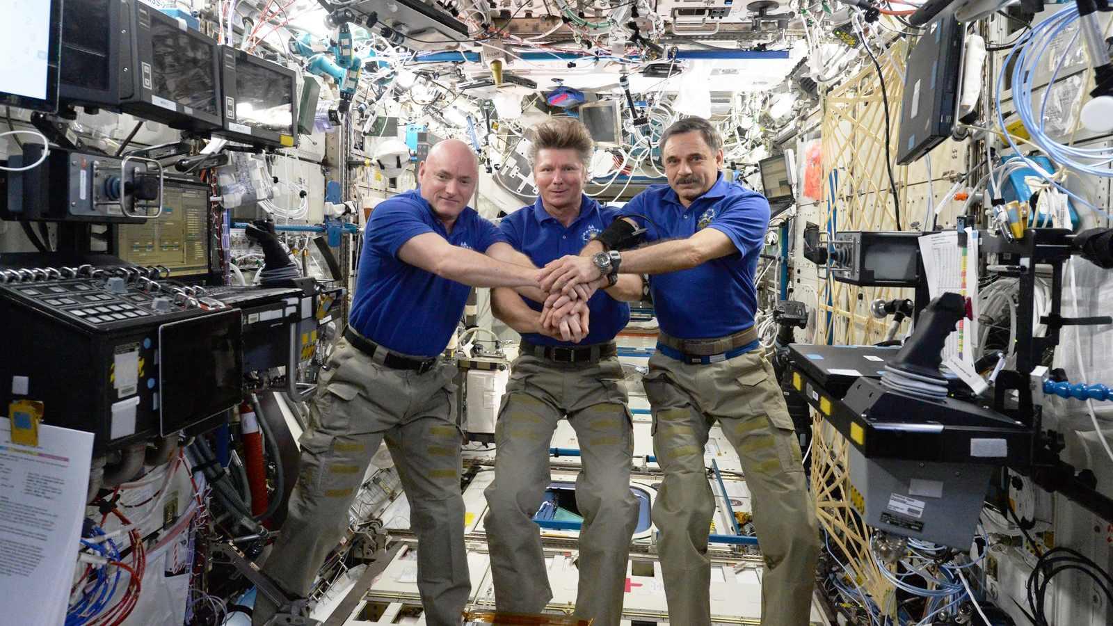 Scott Kelly, Guennadi Padalka et Mikhail Kornienko à bord de l'ISS. Kelly et Kornienko y resteront un an, Padalka 6 mois tout en battant le record du plus long temps cumulé dans l'espace (2 ans et 5 mois)
