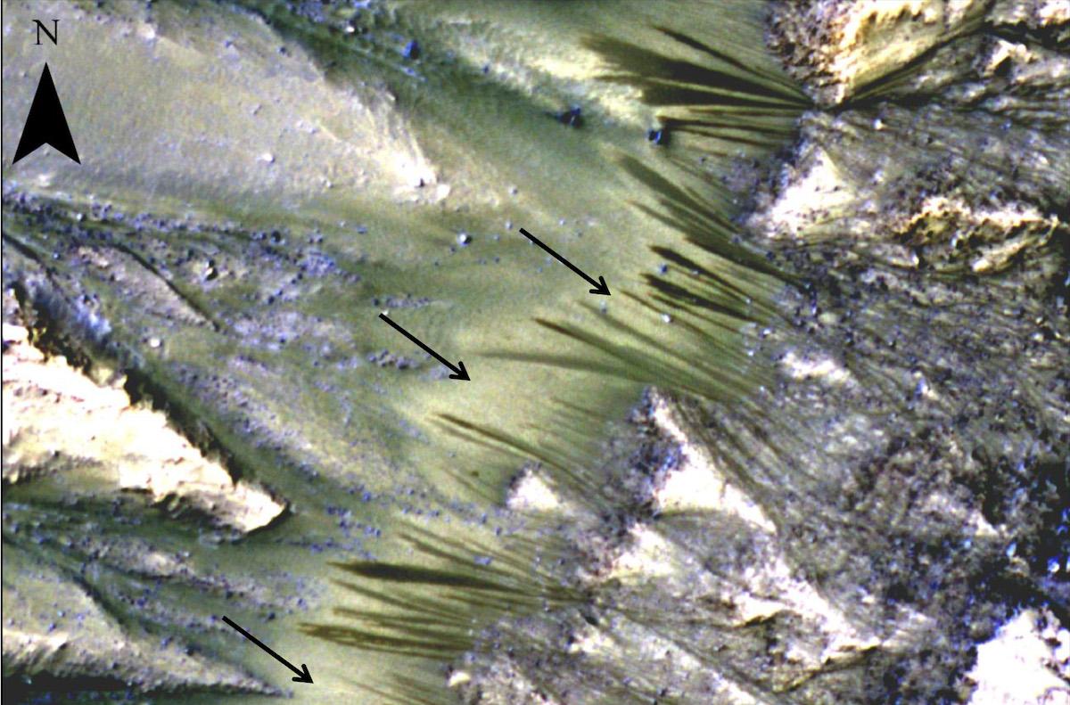 Les stries d'écoulement observées sur le flanc d'un cratère martien.