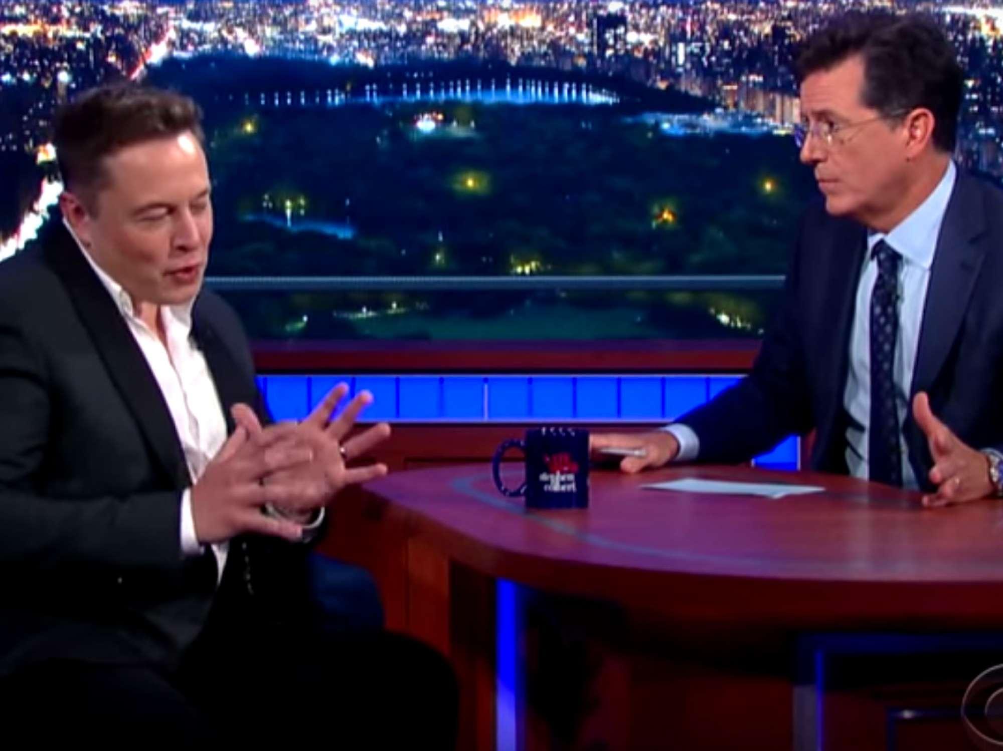 Interrogé par Stephen Colbert (à droite), l'entrepreneur Elon Musk (à gauche) prône comme boutade le bombardement thermonucléaire des pôles de Mars.