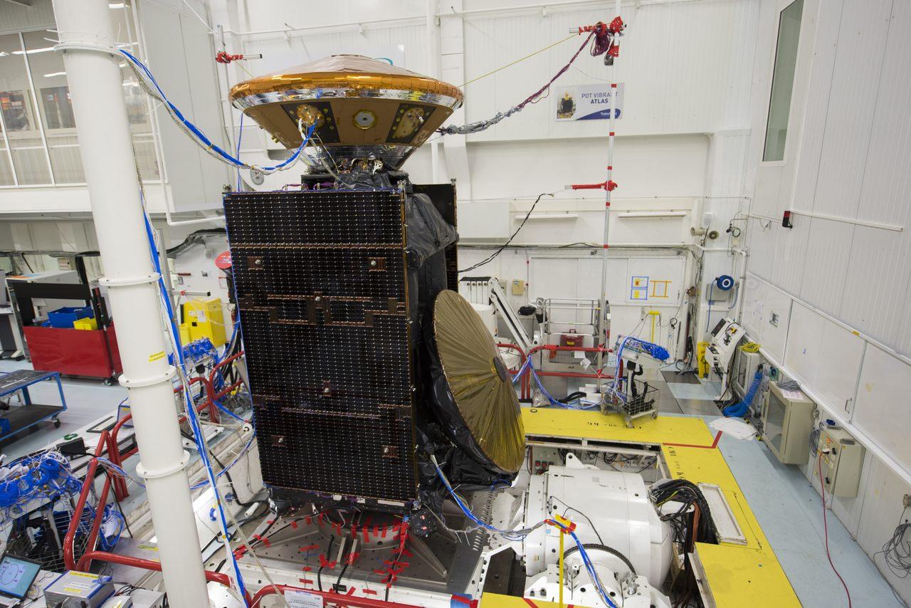 La sonde TGO avec ses panneaux solaires repliés, son antenne (à droite) et le cocon de l'atterrisseur Schiaparelli (en haut)