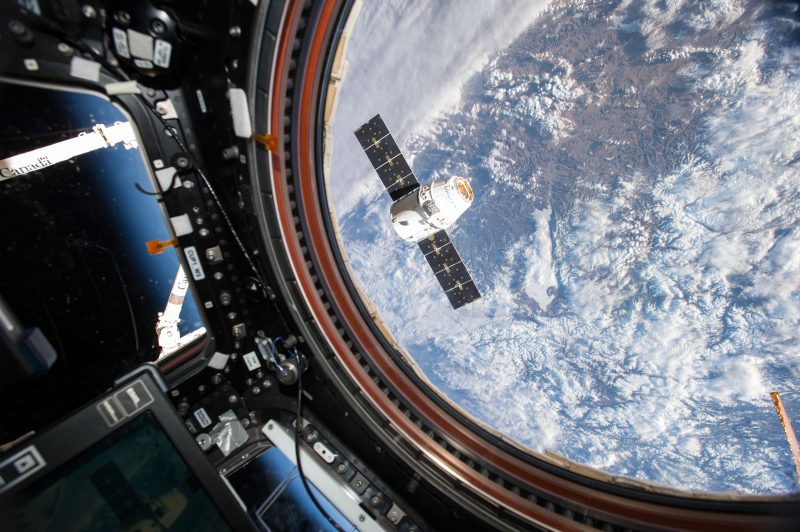 Le vaisseau automatique Dragon de Space-X à l'approche de laStation Spatiale Internationale