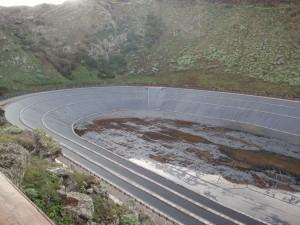 D'un volume de 500 000 m3 et installé dans l'étage du brouillard près de l'arbre fontaine, le réservoir supérieur permet une chute d'eau de plus de 600 mètres vers la centrale hydraulique
