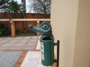 Petite poubelle avec un des animaux emblématiques, le caïman jacaré. Campo Grande, capitale du Mato Grosso del Sur. C'est l'un des Etats qui se partage le territoire du Patanal . A. Gioda, IRD