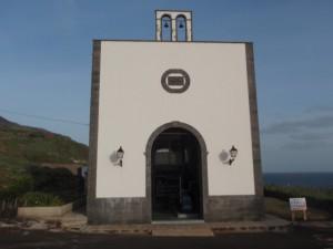C'est la réplique d'une église de Lanzarote (île des Canaries) qui abrite l'usine de dessalement de Valverde dont on voit les tubes pour l'osmose inverse dans l'image à la une. Zone de l'aéroport d'El Hierro. Cliché : A. Gioda, IRD.
