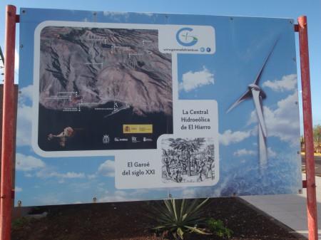 Panneau figurant la filiation de la nouvelle centrale hydro-éolienne avec l'ancien arbre fontaine ou Garoé. Mars 2014. Aéroport d'El Hierro. Cliché : A. Gioda, IRD.