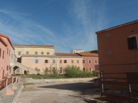Maisons fermées et abandonnées de L'Argentiera. © A. Gioda, IRD.