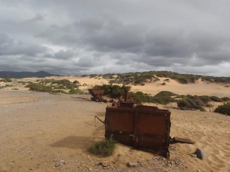 Epaves du petit train qui évacuait le minerai des mines d'Ingursotu. Plage de Piscinas. cliché : A. Gioda, IRD.