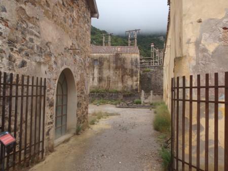 Entrée des logements des ouvriers des anciennes mines de Montevecchio sur le site minier. © A. Gioda, IRD.