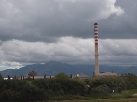 Fonderie de plomb et autres métaux de San Gavino Monreale. Construite sous le fascisme, elle devint un symbole de l'industrialisation de l'Italie. Très prospère jusqu'aux années 70, elle donnait du travail à plus de 500 personnes. Avec l'arrêt de la fonderie du plomb en 1992, elle s'est reconvertie difficilement dans d'autres métaux dont l'or mais elle n'emploie plus que 90 personnes. © A. Gioda, IRD.