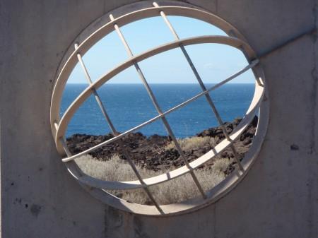 Stèle récente commémorant le méridien zéro des cartographes et physiciens. El Hierro, Punta de la Orchilla. Cliché : A. Gioda, IRD.