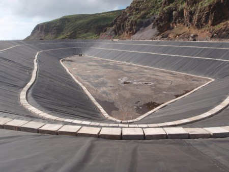El Hierro, réservoir inférieur de la centrale hydraulique. Construction achevée, janvier 2013. La photographie mise en avant représente le même objet sous un autre angle. Clichés: A. Gioda, IRD
