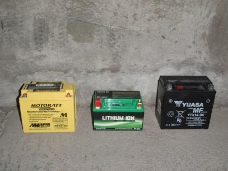 A gauche, une batterie au plomb de 14 Ah type gel AGM. Au milieu, une batterie au lithium correspondant à 14 Ah. A droite, une batterie au plomb de 12 Ah classique à l'acide liquide. Cliché : A. Gioda, IRD.