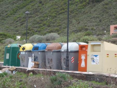 Six poubelles différenciées et une machine à redistribuer des vêtements. Tigaday (Frontera), Ile d'El Hierro. Cliché : A. Gioda, IRD.