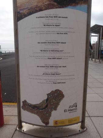 """Panneau montrant grâce à des points bleus le réseau wi-fi rural et côtier de la """"smart island"""" d'El Hierro. Cliché : A. Gioda, IRD."""