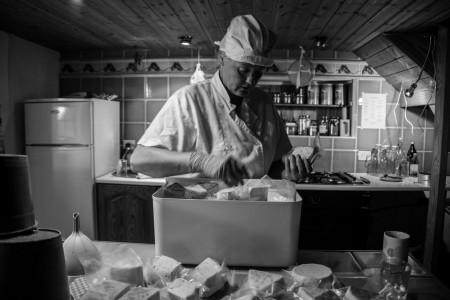 El Hierro ; fabrication manuelle de fromages de chèvre par Sabine. Cliché : Alice Bomboy.