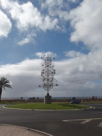 """""""Wind toy"""" de l'artiste des Canaries (natif de l'île voisine de Lanzarote) installé sur le bord de mer de Morro Jable, station balnéaire créée ex novo en 1968; Manrique toujours essaya de conjuguer développement touristique et art, marquant la limite et notamment détestant la publicité. Le vent est la signature de Fuerteventura. Cliché : A. Gioda, IRD."""