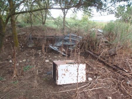 Décharge sauvage dans la zone abandonnée du tournage. Domaine public de La Tartuguière, Conservatoire du Littoral, Lansargues, Hérault. ©A. Gioda, IRD.