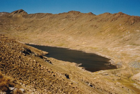Lac colonial de Chalviri, hauteurs de Potosi, Bolivie. Le plus grand des réservoirs d'eau qui permirent, par la force hydraulique, le grand boom de l'argent (fin XVIe-début XVIIe s.). Il sert encore à l'alimentation de Potosi. ©A. Gioda, IRD, vers 1998.