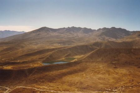 Lacs coloniaux de San Sebastian et Planilla, hauteurs de Potosi, Bolivie. Le réservoir d'eau de San Sebastian est le plus grand et situé en aval. Deux de la vingtaine des réservoirs d'eau qui permirent, par la force hydraulique, le grand boom de l'argent (fin XVIe-début XVIIe s.). Ils servent encore à l'alimentation de Potosi. ©A. Gioda, IRD, vers 1998.
