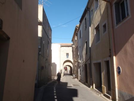 Porte Sainte-Anne, la seule subsistante du Lunel médiéval. Les prisonniers à la peine du carcan étaient exposés à la porte, attachés au pilori. Vue de la vieille ville avec, sur la gauche de la porte, un fragment de l'enceinte et la tour des prisons. Lunel, Hérault. ©A. Gioda, IRD.