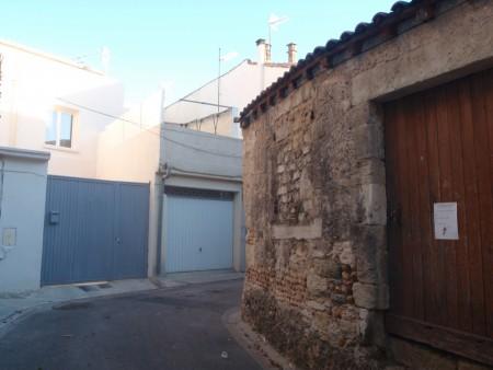 Rue Zig-zag, une rue en zigzag au dessin médiéval, traverse de la rue des Juifs. Ancienne ville de Posquières en Languedoc. Partie haute de la l'actuelle Vauvert dans le Gard. ©A. Gioda, IRD.