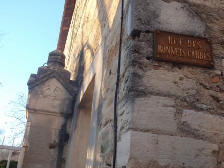 Rue des Bonnets Carrés, prolongation de celle des Juifs de l'ancienne ville de Posquières. Les docteurs juifs portaient un bonnet carré, la marque de toute autorité religieuse, judiciaire et académique. Partie haute de l'actuelle Vauvert, Gard. ©A. Gioda, IRD.