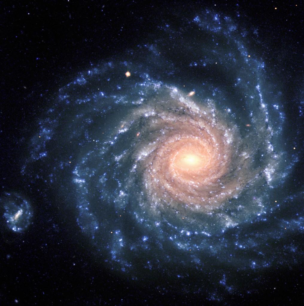 La galaxie spirale NGC 1232, située à 100 millions d'années-lumière. Les régions centrales contiennent de vieilles étoiles de couleur rouge, tandis que les bras spiraux sont peuplés de jeunes étoiles bleues et de nébuleuses de gaz.