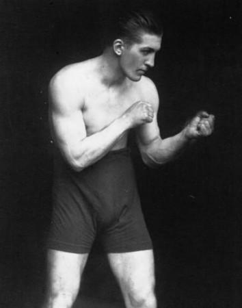 Non, ce n'est pas Edwin Hubble en hardi combattant, mais le français Georges Carpentier, champion du monde de boxe en 1920, contre lequel Hubble n'a heureusement jamais combattu (sinon il aurait été perdu pour l'astronomie !)