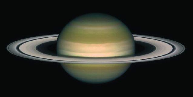 La planète Saturne et ses anneaux. On considère que le disque d'accrétion d'un trou noir, bien que constitué de gaz, a une forme similaire, c'est-à-dire des anneaux circulaires et une faible épaisseur.