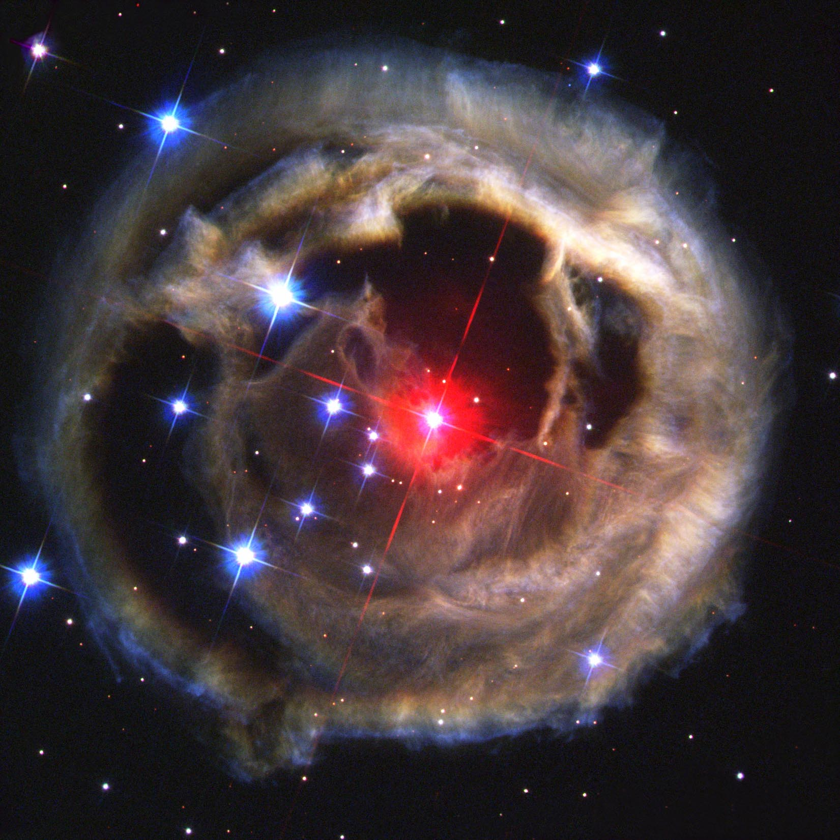 Échos lumineux dans V838 Monocerotis. En janvier 2002, une petite étoile de la constellation de la Licorne (Monoceros) est soudain devenue 600 000 fois plus brillante que le Soleil, faisant d'elle sur le moment l'astre le plus brillant de la Galaxie. Cette éruption ressemble à celle d'une nova. Le cas intéressant de V838 Monocerotis est l'écho de lumière : le flash a éclairé les couches de poussières et de gaz normalement invisibles situées autour de l'étoile. Ces couches ont été éjectées par l'étoile lors de ses éruptions précédentes.