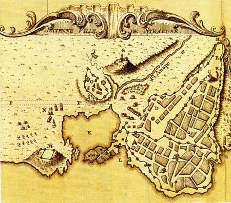La baie de Syracuse, en Sicile, est dermée par un étroit goulet. En 413 av. J-C., la flotte athénienne dirigée par Nikias, terrorrisée par une éclipse de Lune, resta prisonnière de la rade.