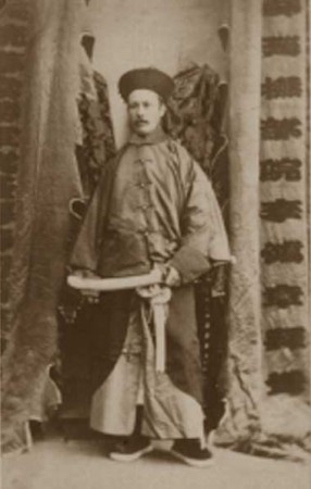 """Photo du général Gordon en 1863 en costume chinois de """"Titou"""""""