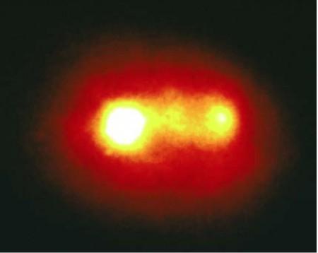 La galaxie active Markarian 315 possède un noyau double, résultant de la fusion de deux galaxies. Chaque noyau abrite vraisemblablement un trou noir massif, en orbite l'un autour de l'autre. Actuellement distants de 6 000 années-lumière, ils finiront par fusionner et par produire une bouffée d'ondes gravitationnelles de forte amplitude mais de basse fréquence, détectable par un interféromètre spatial.